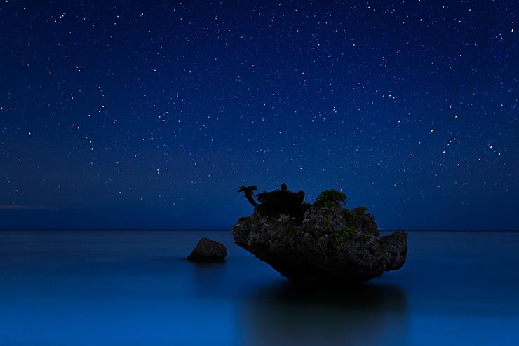 魚岩と星空