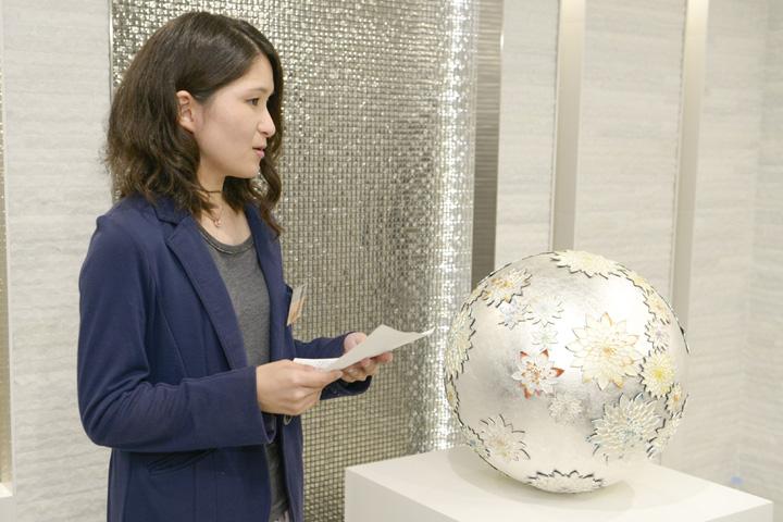 作品「GEMME」のプレゼンテーションをしている古川千夏さん
