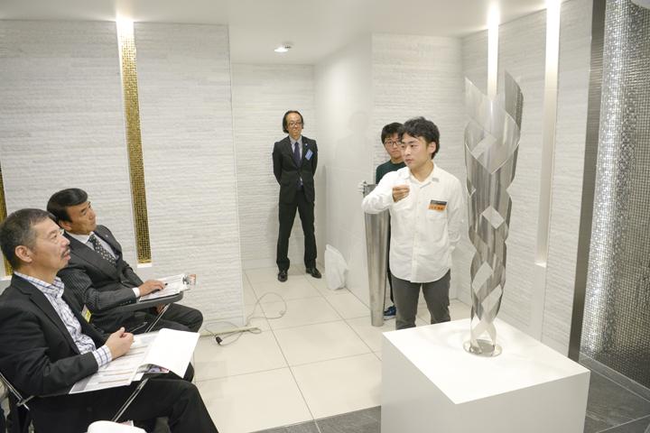 作品「Corona」のプレゼンテーションをしている中尾俊祐さん