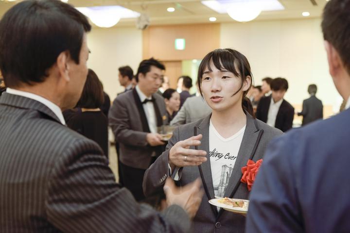 主催会社の服部社長と作品について話す堀田さ