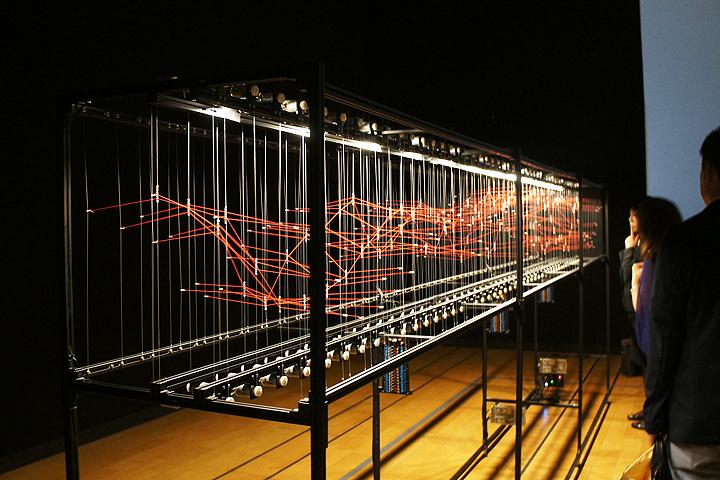 アート部門大賞の「Interface I」は、「相互作用する異なる系」の反応を可視化したキネティック・インスタレーションだ。