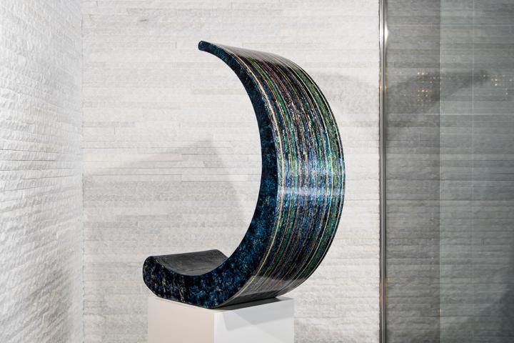 色漆、絞漆といった漆技法と螺鈿が駆使された作品は、見る角度や光源よって色、テクスチャ感、輝きが大きく変わる