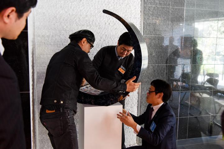 「台座に対して斜めに作品を置いたら、空間にアタックがかかって作品がいきるんじゃないかな」その場でひらめき、作品の向きを変える三沢審査員
