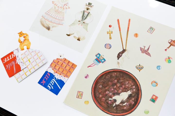 たかはぎあや作品写真 右は、Suicaペンギン作者の坂崎千春が審査員を務めた「&イラストコンテスト」最優秀作品