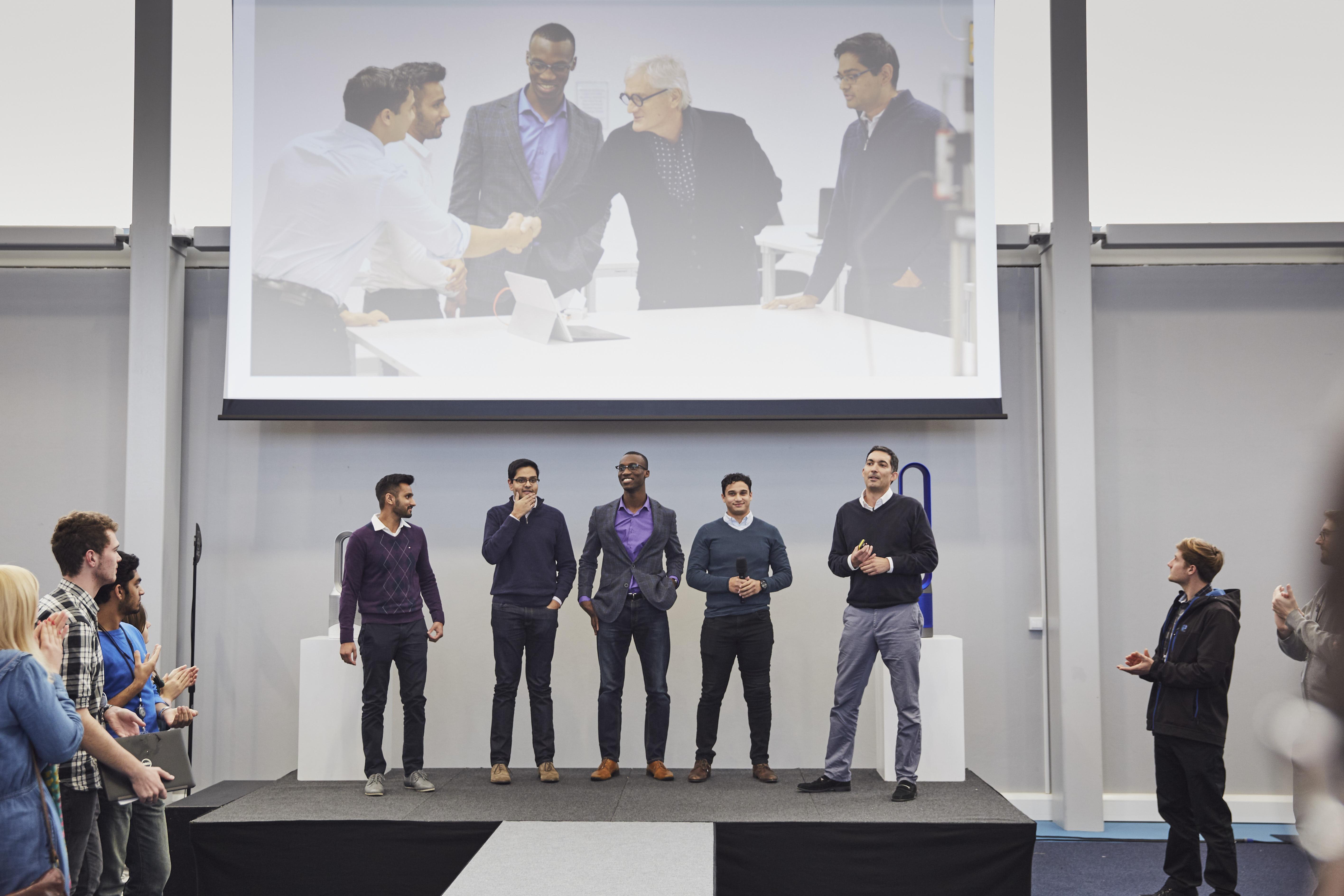 ダイソン本社でプレゼンテーションしたsKan開発チーム