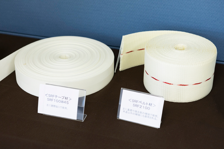 包帯のようなポリエステル製ベルトで柱をまくSRFの考え方は、飛躍した発想から生まれている
