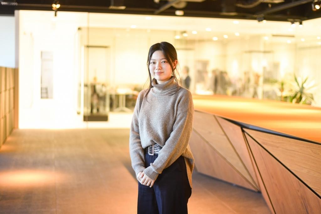 画像:CSデザイン賞 特集第2弾のインタビュー対象者。第18回CSデザイン賞・学生部門で銀賞を受賞し、現在は総合ディスプレイ業界最大手の株式会社丹青社で活躍する金子華絵さん。