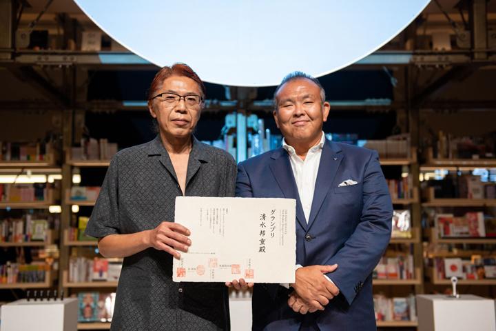 グランプリ受賞の清水さんと舟橋シヤチハタ社長の写真