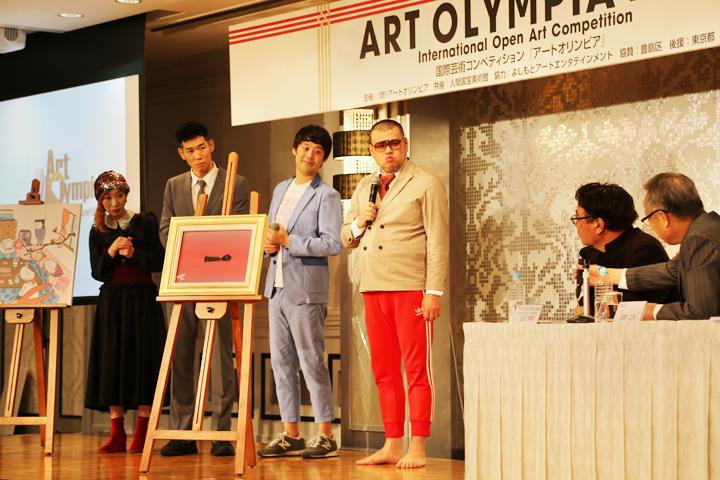 保科豊巳さん(東京藝術大学副学長)から作品講評を受ける、野性爆弾のくっきーさん