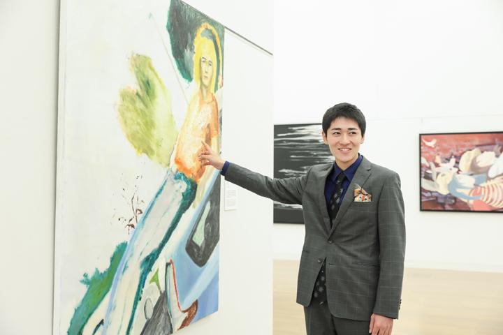 シェル美術賞2018グランプリ 近藤太郎さん 受賞作を前に話す様子
