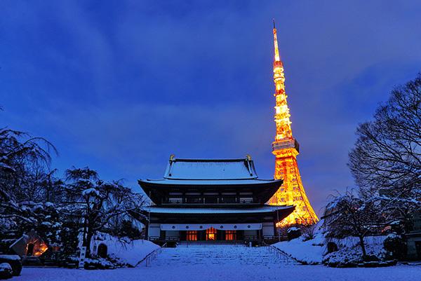 雪景色の増上寺と東京タワー