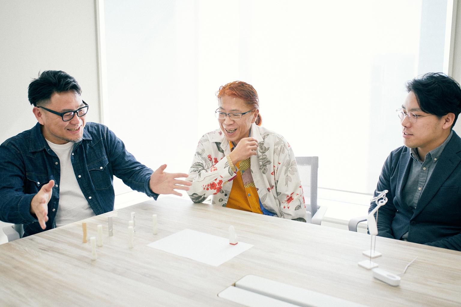 作品模型を前に談笑する11th『シヤチハタ・ニュープロダクト・デザイン・コンペティション』受賞者。左から明間さん、清水さん、青柳さん。