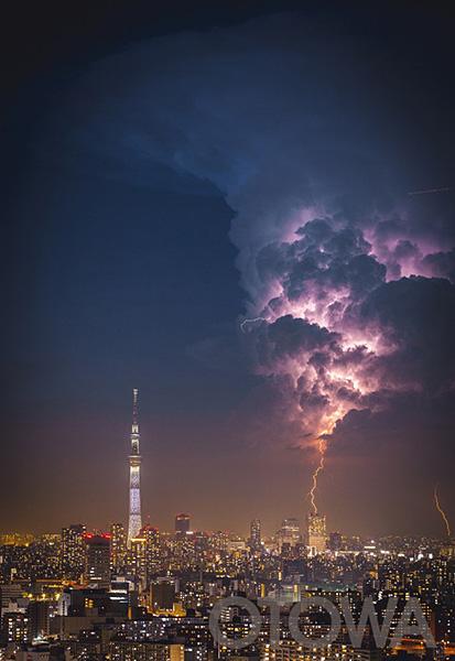 雲を貫く一筋の光