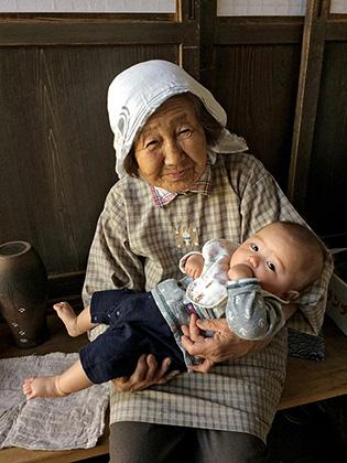 農家の祖母とひ孫