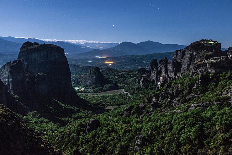 月明りのメテオラの谷