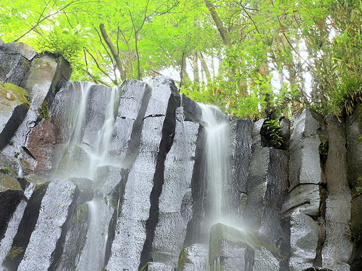 新緑の六方の滝