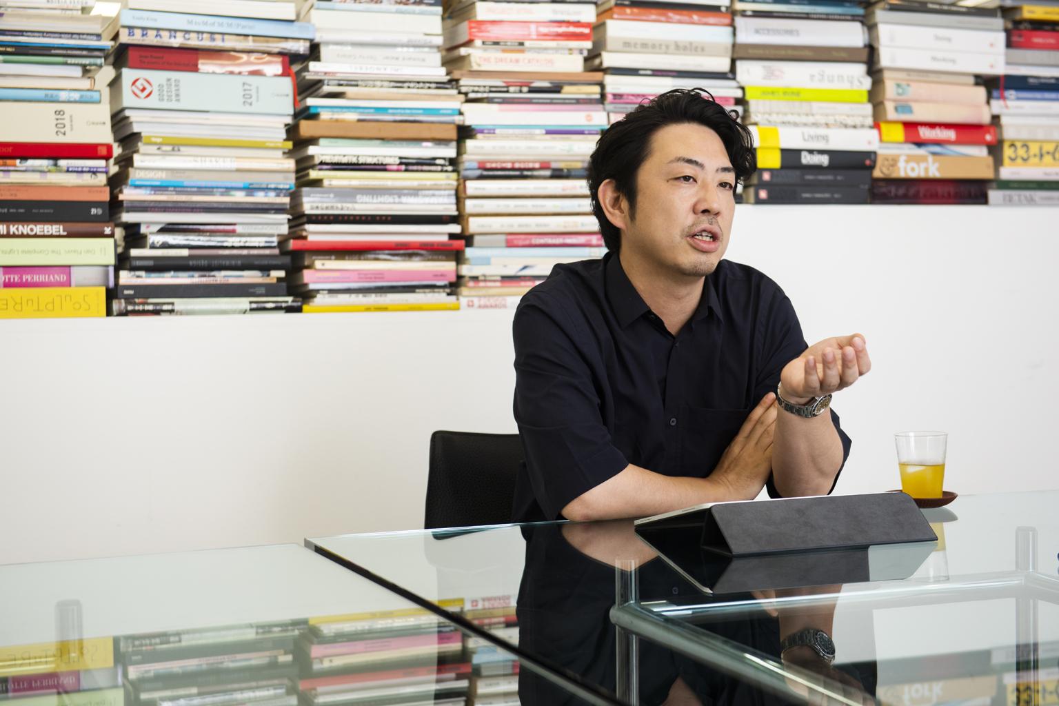 この時代、コンペの意義。デザイナー鈴木啓太に攻略法を聞く―インタビューに答えるデザイナーの鈴木啓太さん