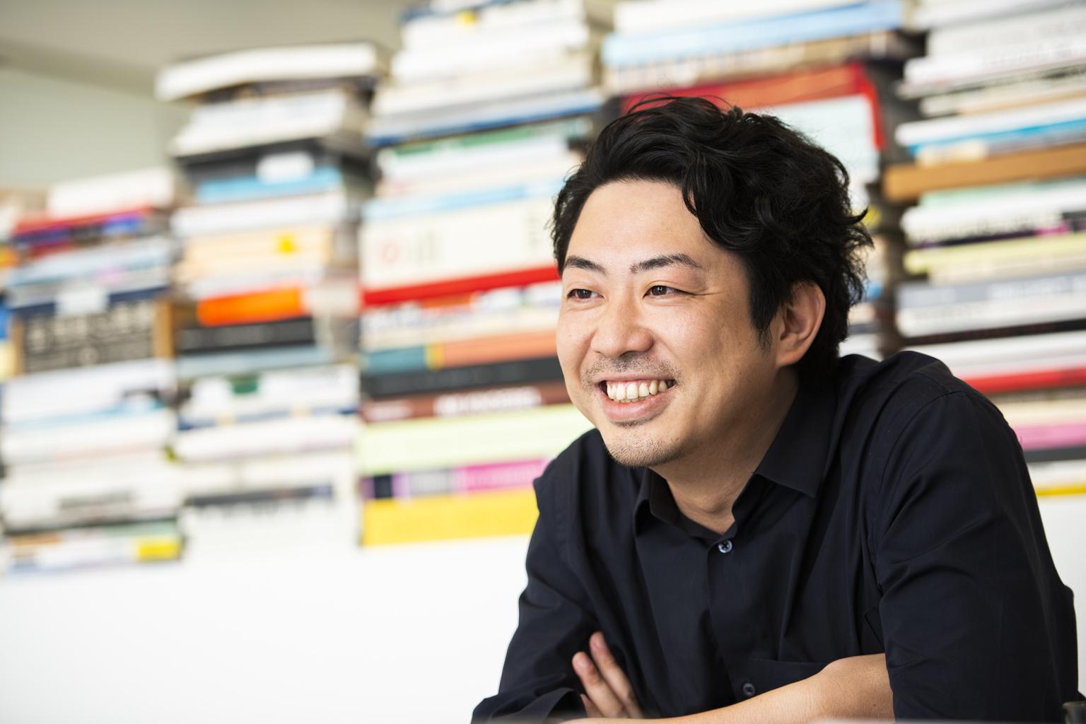 この時代、コンペの意義。デザイナー鈴木啓太に攻略法を聞く-インタビューに答えるデザイナー鈴木啓太
