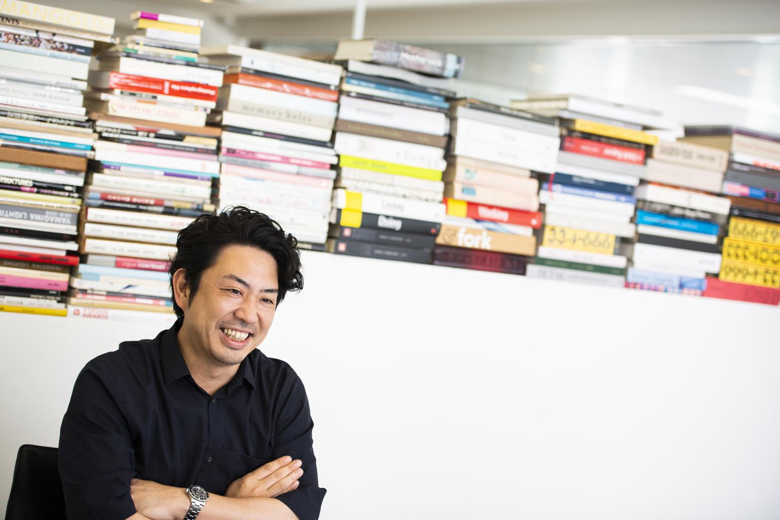 この時代、コンペの意義。デザイナー鈴木啓太に攻略法を聞く―インタビューに答えて力強い笑みをうかべるデザイナーの鈴木啓太さん