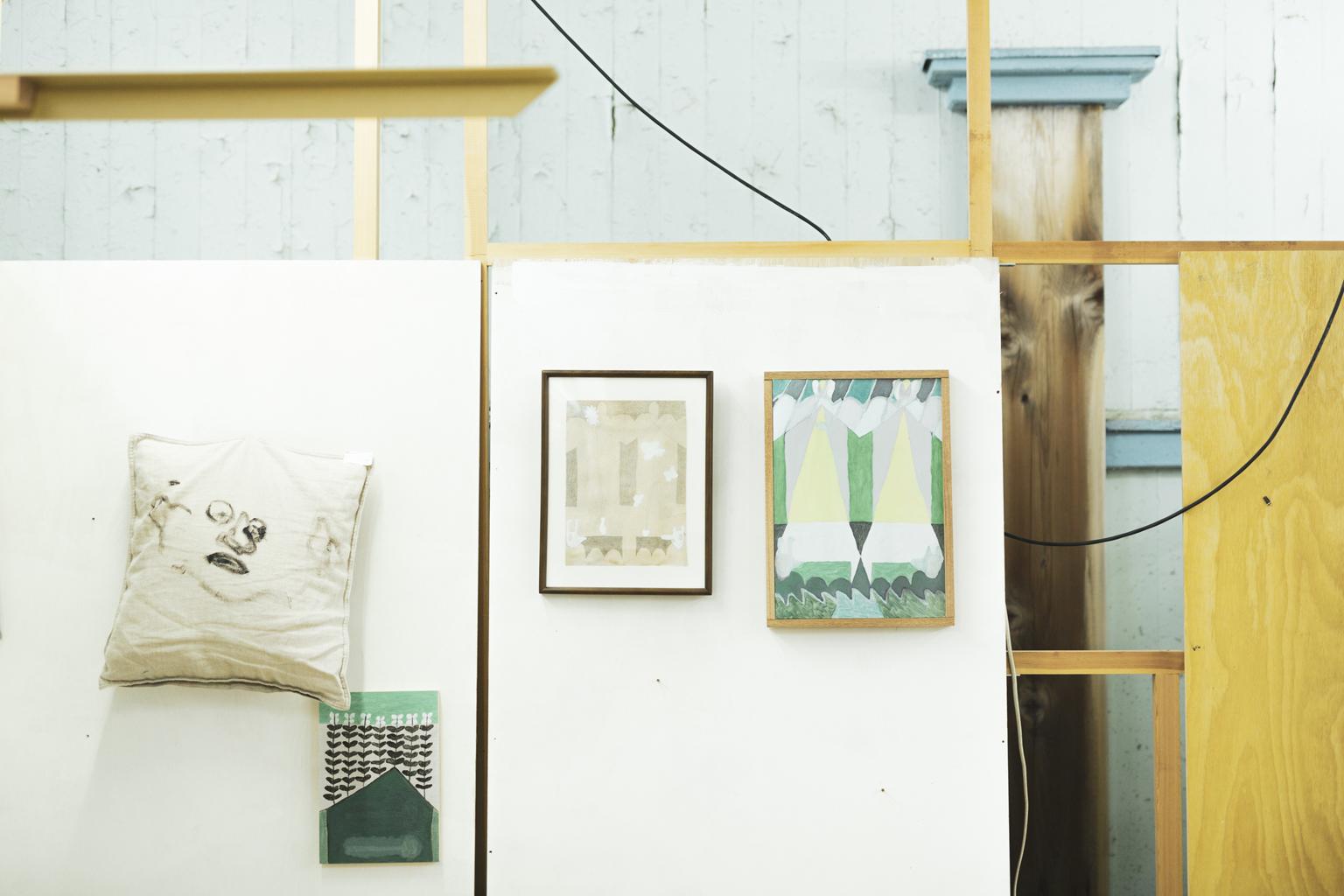「四谷未確認スタジオ」黒坂祐さんのアトリエスペース。作品が壁に飾られている