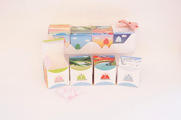 富山の四季でラムネ菓子をつつむ