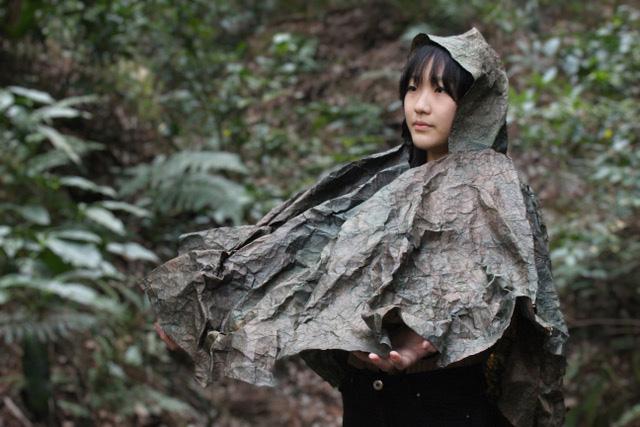森の雨音を聞くレインコート